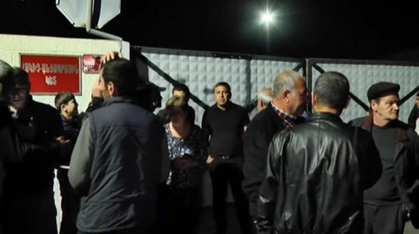4b7763d8ba3cb16f59d6ab6614018 Здание Минобороны Армении блокируется родными без вести пропавших лиц