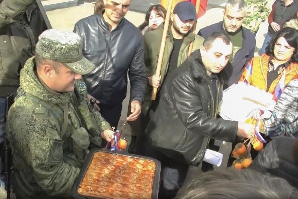 afece2ad9b25ec23571a91c45f691 Торты напосты: жители Степанакерта отблагодарили российских миротворцев