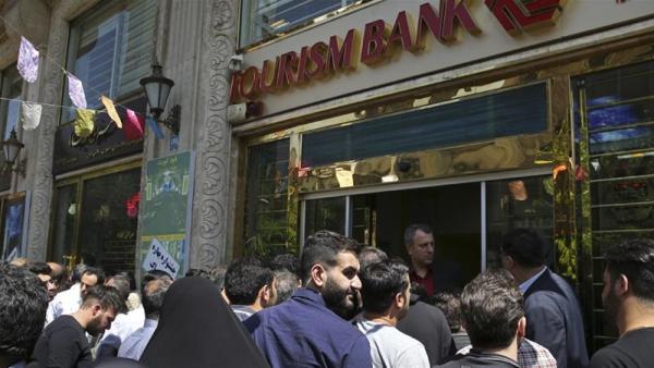 В день вступления в силу санкций США в Иране открылись пункты обмена валюты