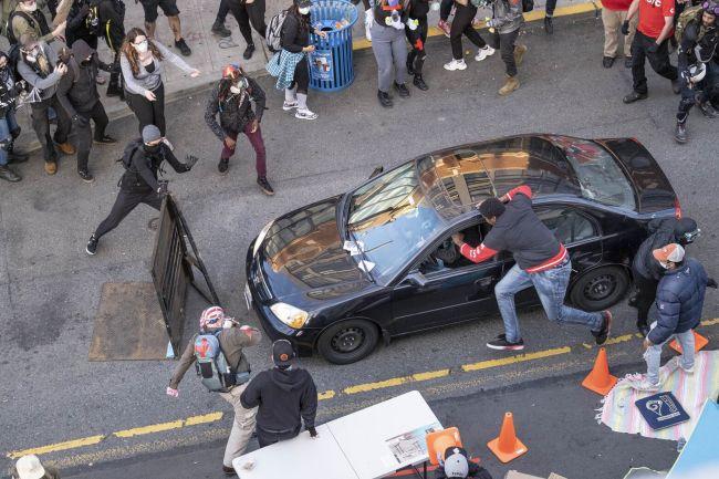 В Сиэттле в толпу протестующих въехал автомобиль, водитель открыл огонь