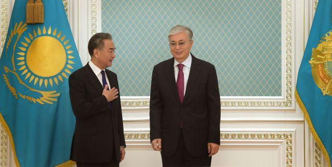 Глава МИД Китая посетил Казахстан