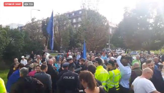 Картинки по запросу Историю не перепишете: пражане вышли на улицу в поддержку памятника Коневу